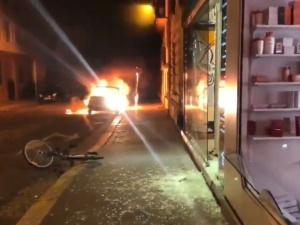 [video] Starcia z policją, plądrowane sklepy, płonące samochody. Noc w Paryżu po porażce PSG