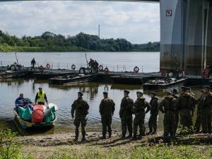 Wojsko zbudowało most pontonowy przez Wisłę