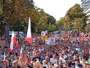 Po licznych protestach w Europie czas na Polskę! W Warszawie rozpoczął się marsz przeciwników obostrzeń związanych z koronawirusem