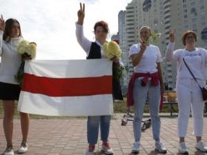 Oni nie palą samochodów. Trzymają kwiaty. The Guardian o polskim i litewskim wsparciu dla Białorusi