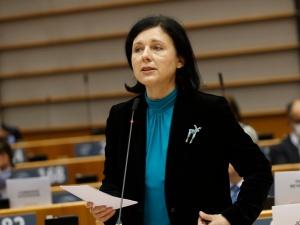 Jourova o odebraniu funduszy polskim gminom, prawach LGBT i transgranicznych prawach rodzicielskich