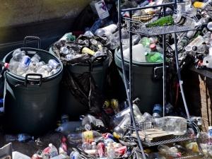 Śmieci zalegają na wrocławskich ulicach. Prezydent Sutryk: Ja to narzucałem? Czy może jednak ktoś tam mieszka?