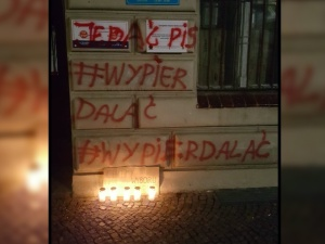 """Zaatakowano biuro posłanki PiS. """"Wulgarność, agresja, przemoc…"""""""