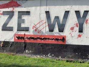 Mural Żołnierzy Wyklętych w Szczecinie pomazany symbolami Antify