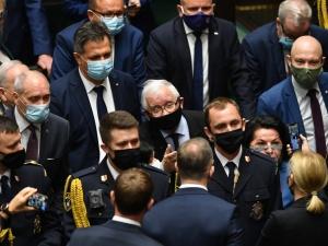 Szokujące  ujęcie ataku posłanek opozycji na Jarosława Kaczyńskiego