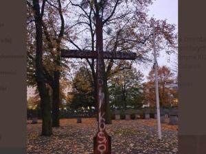 Zabij księdza. Napis na cmentarnym krzyżu