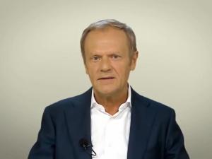 Manifestacja pod domem Kaczyńskiego. Co na to Tusk? Przyrównuje prezesa PiS do... wirusa