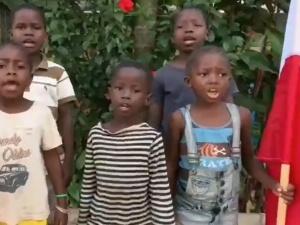 [video] Niesamowite. Afrykańskie dzieci śpiewają polski hymn. Wszystkie zwrotki!