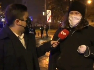 [video] Jest wywiad z kobietą, która przykleiła się do bramy MEN. Jak się okazuje jest dorosła