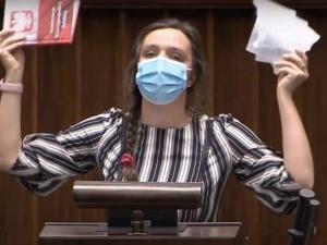 [WIDEO] Awantura w Sejmie. Jachiraporwała na mównicy Konstytucję RP