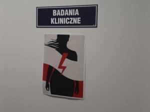 Presja ma sens. Z drzwi Szpitala Morskiego im. PCK w Gdyni zdjęto plakaty z piorunami