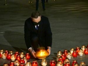 [Fotorelacja Tomasza Gutrego] Prezydent stawia znicz przy Krzyżu Papieskim w rocznicę 13 XII