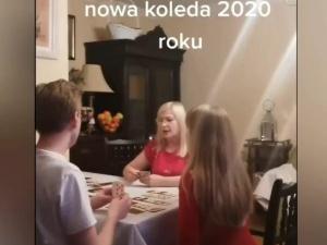 [video] Chore. Je.ać PiS. Dorosła kobieta śpiewa kolędę z dziećmi przy świątecznym stole?