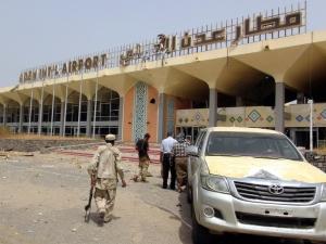 """""""Tchórzliwy atak terrorystyczny"""". Nowy rząd przyleciał do Jemenu i wtedy zamachowcy zdetonowali bomby"""