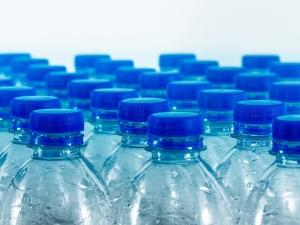 Woda mineralna będzie droższa? Możliwy efekt podatku cukrowego