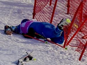 [Video] Potworny wypadek podczas slalomu giganta. Zawodnik stracił przytomność