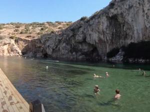 Grecja: Wyjątkowo ciepły styczeń. Ludzie wylegli na plaże i kąpiąw morzu