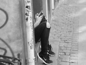 Miał na sobie tylko spodnie i but. Martwy 19-latek znaleziony na przystanku autobusowym