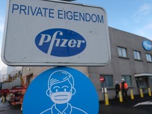 Pfizer zmniejszył ilość szczepionek dla UE z powodu kontraktu z... Chinami? Prof. Gut: Mało lojalne podejście do Europy