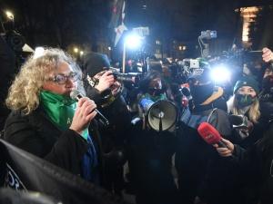 """Warszawski Plac na Rozdrożu zablokowany przez Strajk Kobiet. """"Won od mojej macicy!"""""""