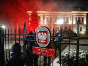 Warszawa: Policja wyprowadziła siłą spod TK osoby, które nie dały się wylegitymować. Wśród nich Marta Lempart