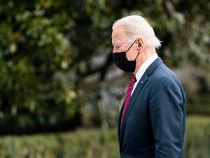 Biden pobił rekord podpisywania rozporządzeń, głównie odwracających decyzje Trumpa. Apeluje do niego nawet NYT