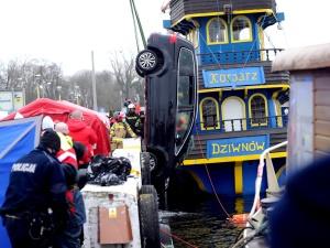 Dramat w Dziwnowie! Auto wpadło do wody, 4 osoby nie żyją. Sąsiedzi rodziny zabrali głos