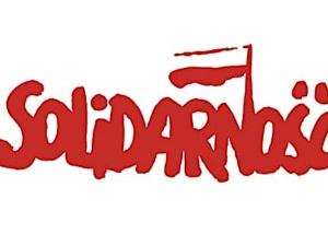 Paris: le 1er ministre polonais Morawiecki dépose des fleurs sur la plaque commémorative de Solidarność
