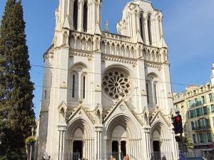 Un homme fait irruption dans la Basilique Notre-Dame de Nice en plein office : aucune réaction politique.