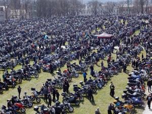 """Otwarcie sezonu motocyklowego na Jasnej Górze. """"Pielgrzymi są dosyć zdyscyplinowani"""""""