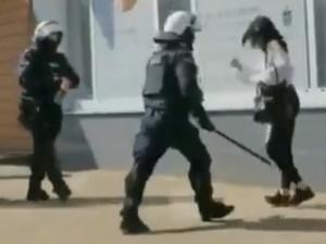 [video] Szarpała policjanta. Nie reagowała na wezwania. Policjant użył pałki wobec protestującej kobiety