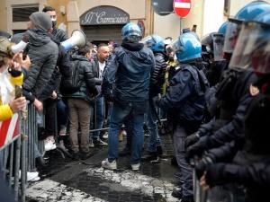 Protest branży gastro we Włoszech. Rzucali w policję petardami