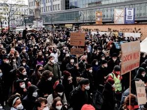 Berlin: Wielotysięczna manifestacja przeciwko orzeczeniu TK. To szaleństwo