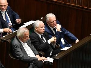 """Nawet 10 posłów opuści klub PiS? """"W rozmowach z nimi bierze udział m.in. były poseł PiS"""""""