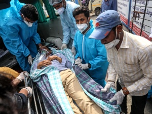 """""""Nie ma tlenu, nie ma miejsc w szpitalach"""". Ciężko chory na COVID-19 polski dyplomata ewakuowany z Indii specjalnym samolotem"""