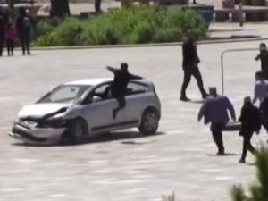 [video] Szokujące sceny w centrum miasta. Przechodzień wskoczył przez okno do samochodu, aby zatrzymać niebezpiecznego kierowcę