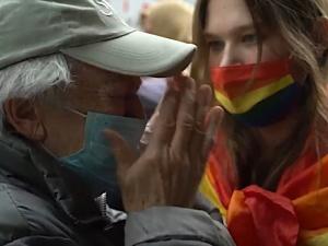 [video] Niesamowite. Tęczowa aktywistka przeszkadzała modlącym się ludziom. Jedna ze staruszek sprawiła, że przestała