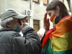 Francuscy internauci zachwyceni starszą panią z Polski, która zmiękczyła serce przeszkadzającej w modlitwie aktywistki