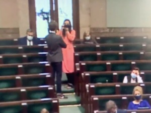 [Video] Sesja zdjęciowa podczas przemówienia premiera. Popis żenady Jachiry i Sterczewskiego