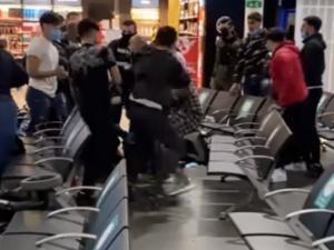 [Video] Szokujące sceny na lotnisku. Potężna bójka, polała się krew