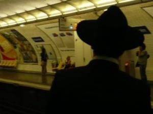 Dwie osoby aresztowane po pobiciu rabina koło synagogi pod Londynem