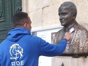 [FOTO] Francuzi odrestaurowali popiersie Jana Pawła II sprofanowane przed polskim kościołem w Paryżu