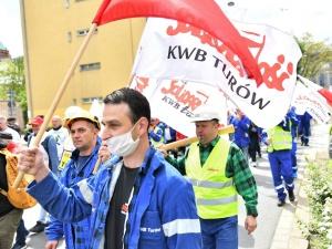 """""""Ręce precz od Turowa"""". Pracownicy kopalni i elektrowni Turów protestowali we Wrocławiu"""