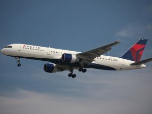 Zatrzymaj samolot!. Samolot awaryjnie lądował, po tym jak pasażer usiłował włamać się do kokpitu