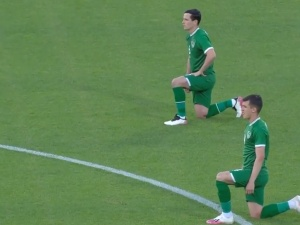 [video] Tak węgierscy kibice wygwizdali klękających w geście BLM irlandzkich piłkarzy