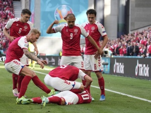 Trener Duńczyków ujawnia. Przed taką alternatywą postawiła ich UEFA po wypadku Eriksena?