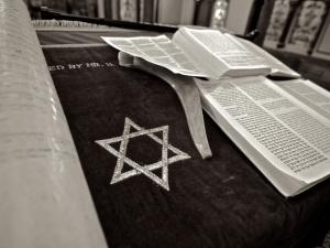 Antysemityzm w Niemczech. Odkryto swastykę w żydowskiej sali modlitewnej w szafie do przechowywania Tory