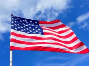 Jest przestarzała, dzieląca i niepoprawna. Znana piosenkarka chce zmienić flagę USA