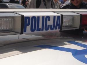 Strzelanina pod Warszawą, mężczyzna próbował przejechać policjanta. Trwa obława