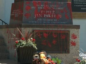 Zniszczono pomnik Jana Pawła II. To przestępstwo z nienawiści